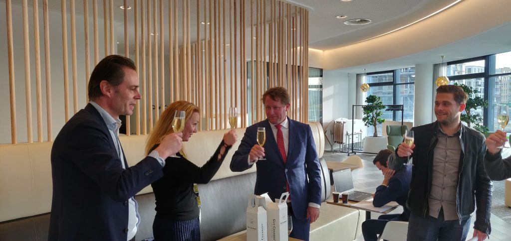 champagne toast oplevering viering